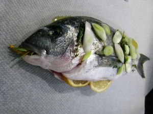gelbe Chili und Rosmarin im Mund, so ein frischer Fisch ist sicher gesund