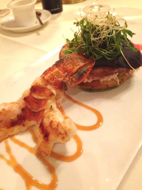 Millefeuille von Krabben und Avocados mit grilliertem Rocklobster