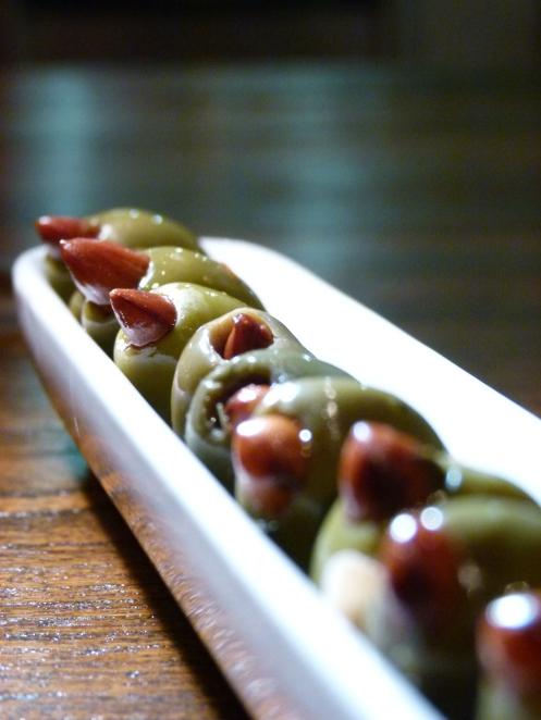 Oliven mit Rauchmandeln gefüllt