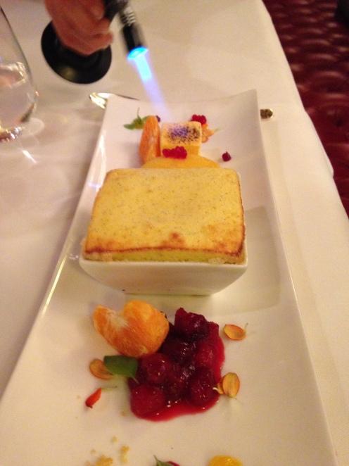 Quark-Limoncello-Soufflée mit Mandarinensorbet und fritiertem Marschmellow