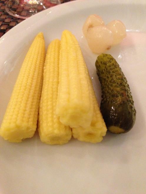 Maiskölbchen, kleine Gürkchen und Silberzwiebeln
