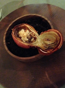 gefüllte Zwiebel mit Bachforellentatar und Papaya
