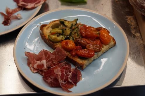Bruschette mit Olio Novello, Zucchini, Tomaten und Büffel-Ricotta