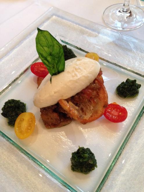 Mousse vom Bisisthaler Bio Geissenfrischkäse auf Auberginen-Brotsalat mit Slasa Verde