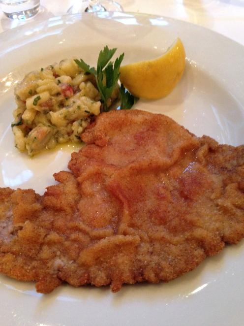 Wienerschnitzel vom Zürcher Bio Kalb mit lauwarmem Kartoffelsalat, Artischocken und Tomaten