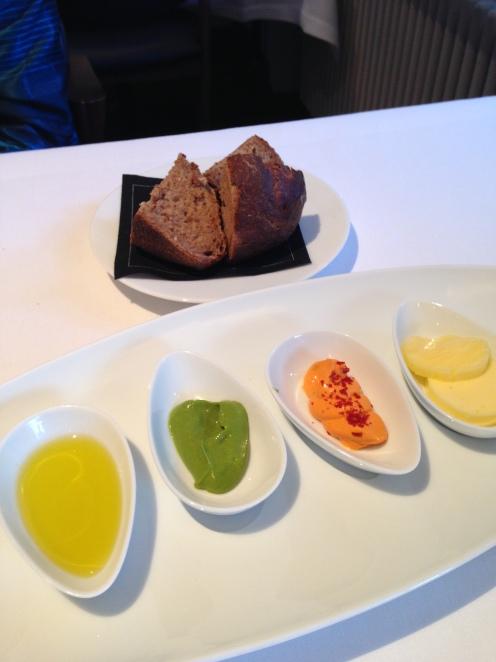 Tolles Brot mit Butter, Dips und Olivenöl