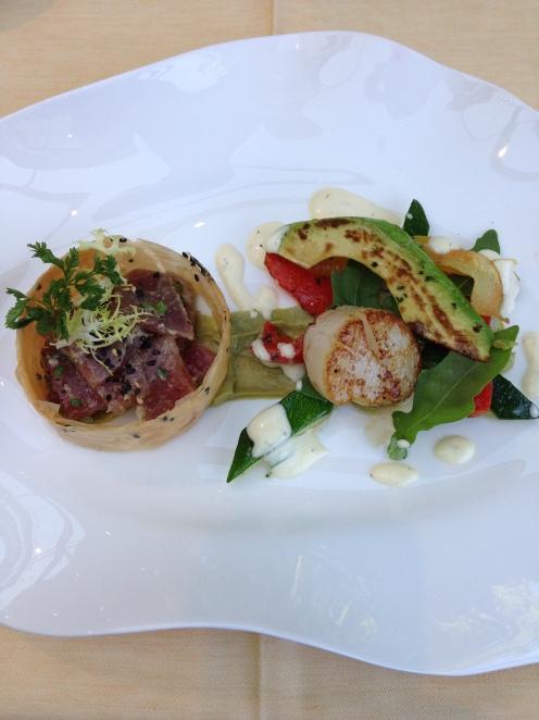 Ceviche vom Thunfisch mit Szechuanpfeffer  im Sesamkrokant mit glasierter Jakobsmuschel und Avocadocreme