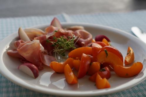 marinierte Aprikosen und Parma Schinken