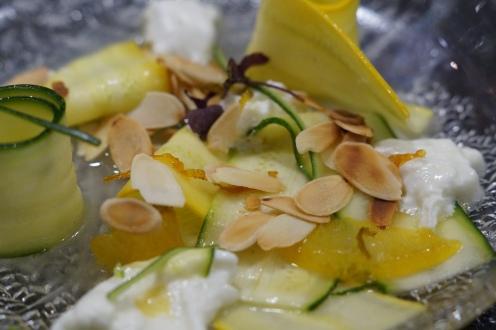 Zucchini Zitronen Salat mit Mozzarella, Mandeln und Kardamom