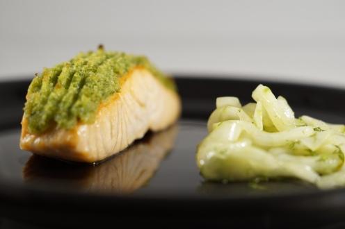 Lachs mit Lauchkruste und Gurkensalat