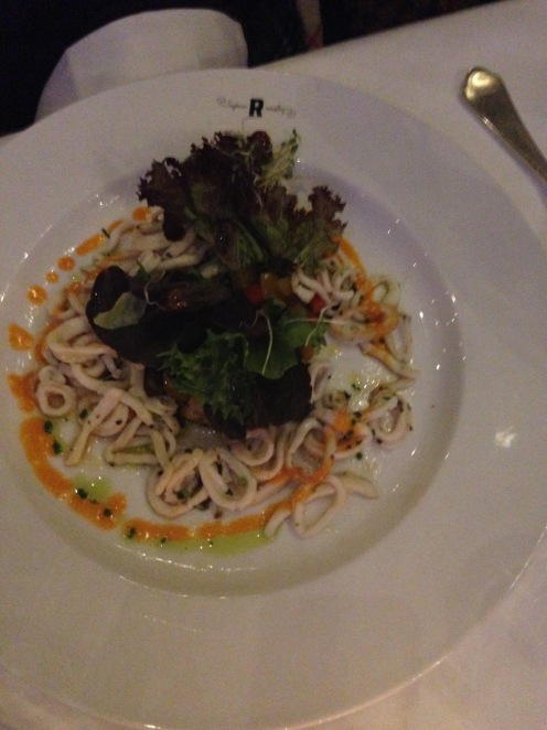 Lauwarme Calamaretti auf Blattsalat mit Kräutern