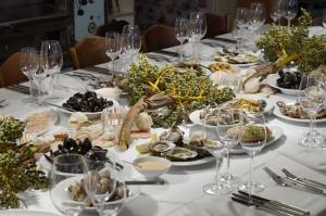 der reich gedeckte Tisch voll Meeresduft
