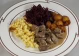Hirschfilet Stroganoff, Spätzli, Rotkraut und glasierte Maroni