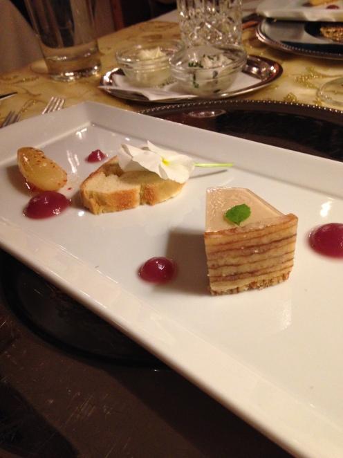 Cremiges Törtchen vom Gänseleber-Baumkuchen und Holunder mit Portwein-Birnenpüree, Brioche und Pfefferbirne