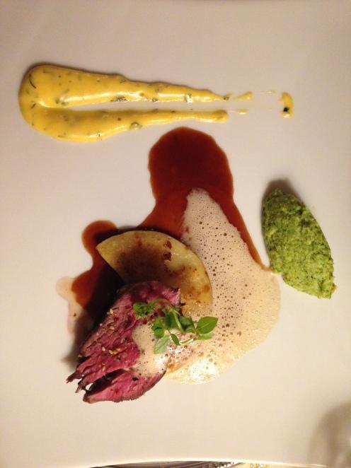 Im Ganzen gebratenes Filet vom Black Angus mit Schalottentascherl, Broccolipüree und Estragonhollandaise