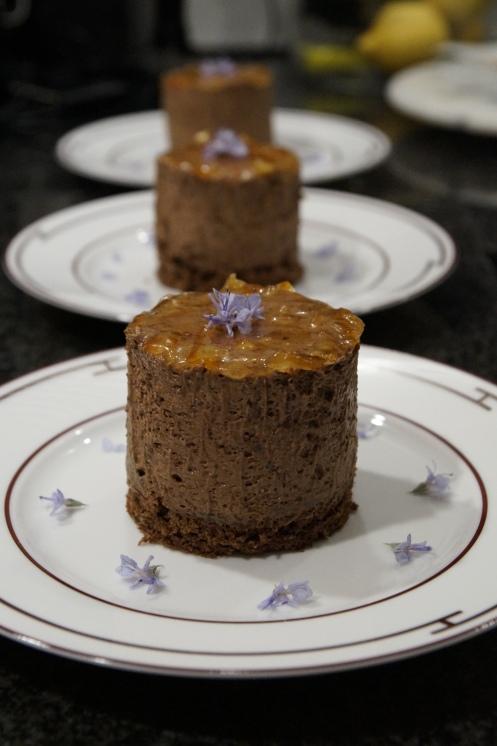 Mousse au Chocolat Törtchen mit Bitter Orange und Rosmarin Blüten