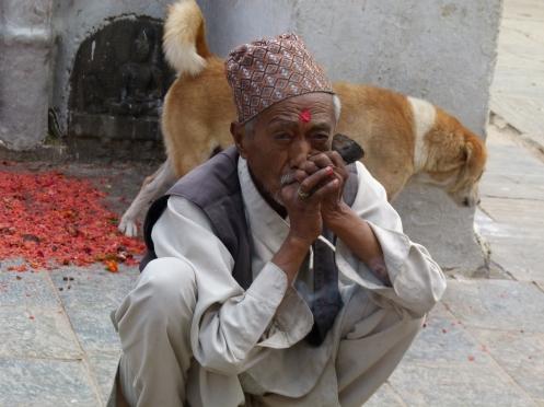 Alter Mann bei einer Rauchpause