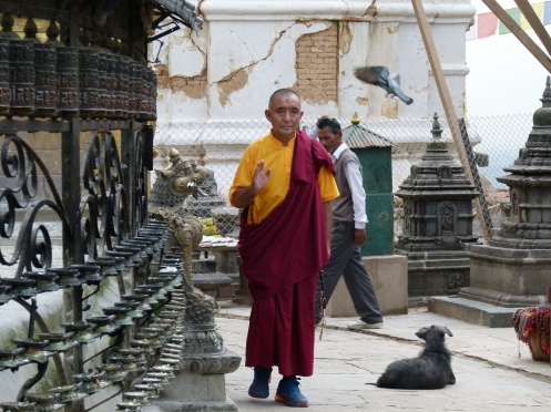 Hindu Mönch bei Gebetsmühlen im Tempel