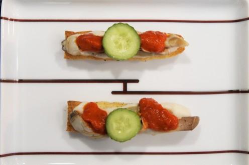 Schwertmuschel, weisse Bohnencreme, getoastete Focaccia, Peperonikonfi und fermentierte Gurke