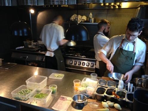 nicht nur Tobias vom Service, sondern auch die Köche servieren Gänge