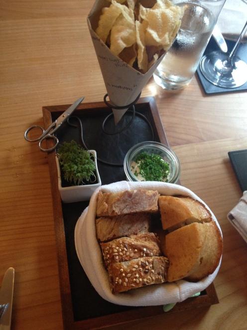 Brot, Chips, Kresse und gewürzte Butter
