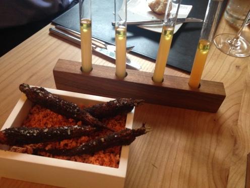 Amus 1: Karotten Essenz und Karotten im Mohnmantel