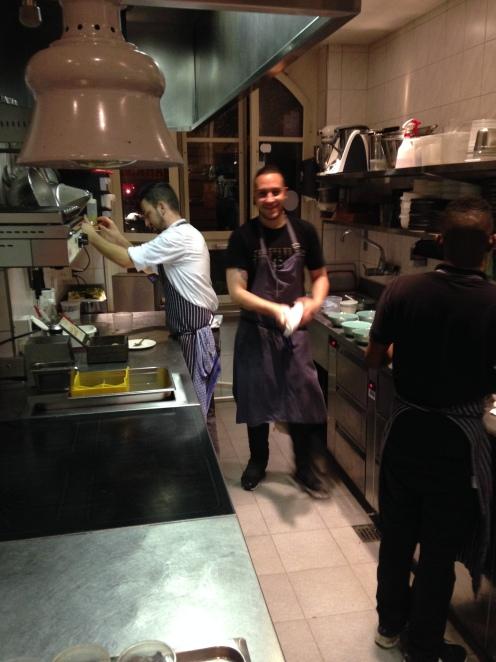 Chef und Mithelfer in der heissen Küche