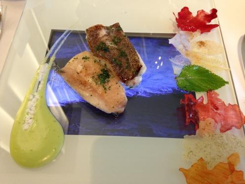 Seezunge (serviert auf Glas über einem iPad mit Wellen)