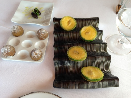 """schwarze """"Olive"""" mit Sardelle gefüllte Muschel Kartoffel und Garnelen Amber"""