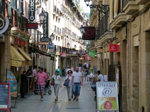 durch die Altstadt schlendern - abends von Pintxos Bar zu Pintxos Bar
