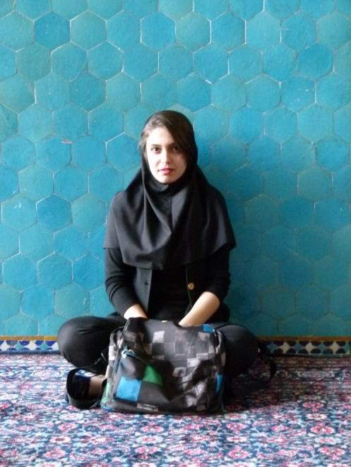 iranische Schönheit vor der Moschee
